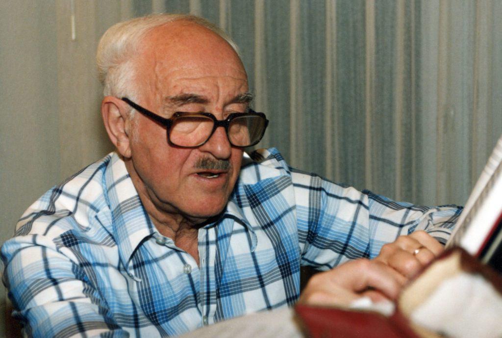 Рудольф Баршай работает дома за роялем, 1999