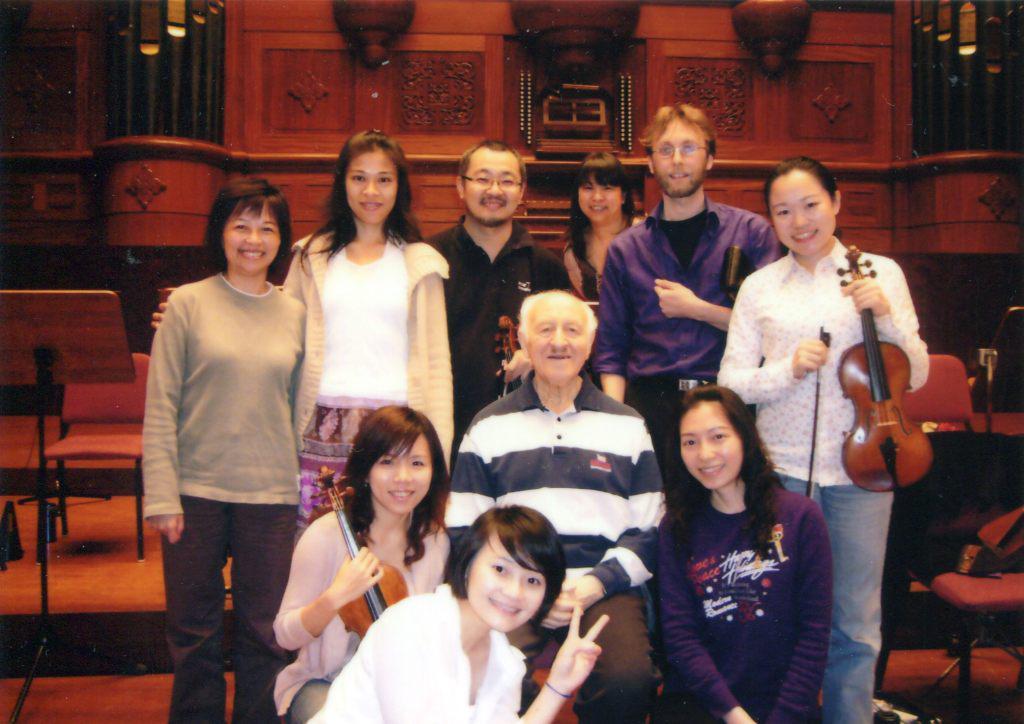 Рудольф Баршай с музыкантами Симфонического   оркестра Тайпея.