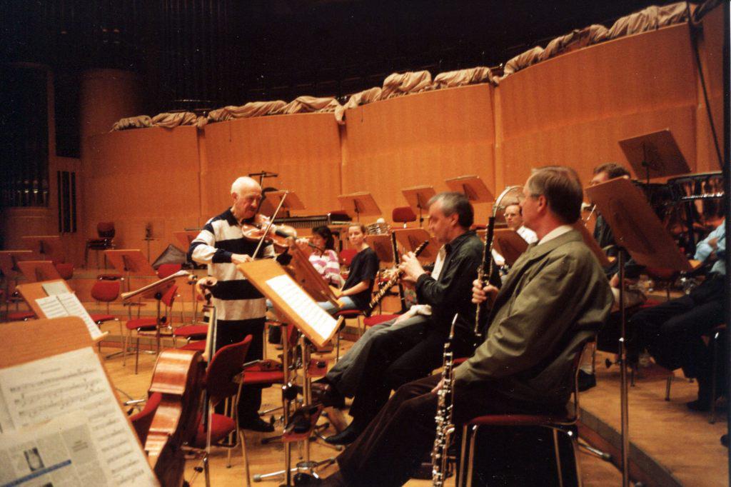 Так работал Рудольф Баршай с оркестром. Группа   духовиков в перерыве репетиции